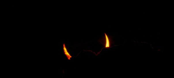 """Bei der Sonnenfinsternis am 31. Mai 2003 zeigten sich, umrahmt von dekorativen Wolken, zwei feurige """"Sonnenhörner"""" (Stephan Brügger)"""