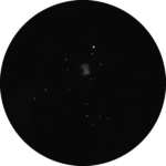 M 27: Ein Paradeobjekt in der Kategorie der Planetarischen Nebel. Wie hier gezeigt ermöglicht ein Fernglas bereits einen Blick auf die bizarre Hantelform.