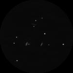 M 65, M 66 und NGC 3628: Der Frühling ist Galaxienzeit! Mit einem Fernglas lassen sich gleich drei auf einem Streich in einer interessanten Konstellation erspähen. Ob Sie wohl die Struktur erkennen können?