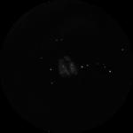M 8: Unter dunklem Himmel lässt sich schon mit einem Feldstecher diese Sterngeburtsstätte bestaunen. Im größeren Teleskop offenbart sich dann ein Nebeldetail, welches an ein Stundenglas erinnert.