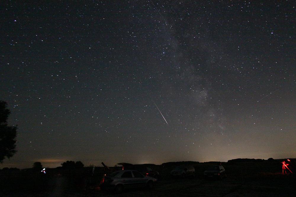 Wenn ein kosmisches Staubkorn mit hoher Geschwindigkeit in die Erdatmosphäre eindringt, regt es die Luft für einen Augenblick zu Leuchten an, das wir dann als Sternschnuppe, auch Meteor genannt, sehen (Torsten Lohf)
