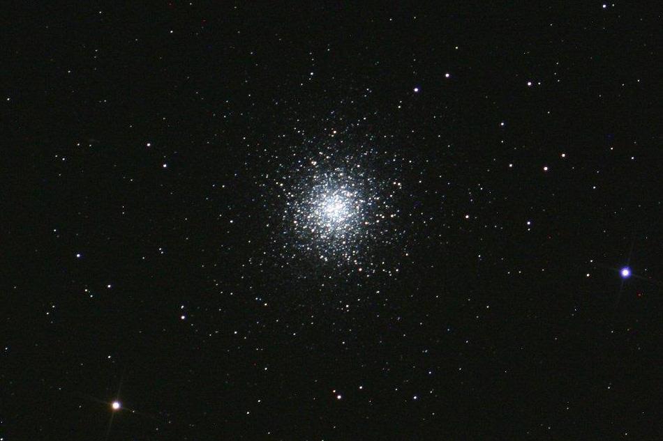 Der Kugelsternhaufen M 13 im Sternbild Herkules wurde im Jahre 1714 durch den Astronomen Sir Edmond Halley entdeckt. Er ist etwa 22.800 Lichtjahre von der Sonne entfernt. Er hat die 300.000-fache Leuchtkraft der Sonne und einen Durchmesser von 150 Lichtjahren (Oliver Paulien)