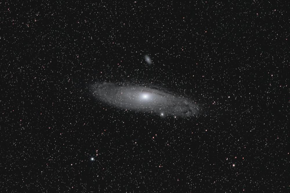 """Die Spiralgalaxie """"M31"""" ist ein Sternensystem wie unsere Milchstraße in 2,5 Millionen Lichtjahren Entfernung im Sternbild """"Andromeda"""", weshalb man sie auch unter diesem Namen kennt. Sie ist das entferntest Objekt, das wir mit dem bloßen Auge sehen können (Stephan Brügger)"""