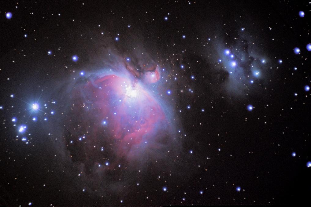 Der berühmte Orionnebel im gleichnamigen Sternbild ist eines der aktivsten Sternentstehungsgebiete in der näheren Sonnenumgebung. An klaren Winterabenden ist er bereits mit bloßem Auge als nebliges Fleckchen unterhalb Orions Gürtelsternen zu erahnen. (Uwe Freitag)