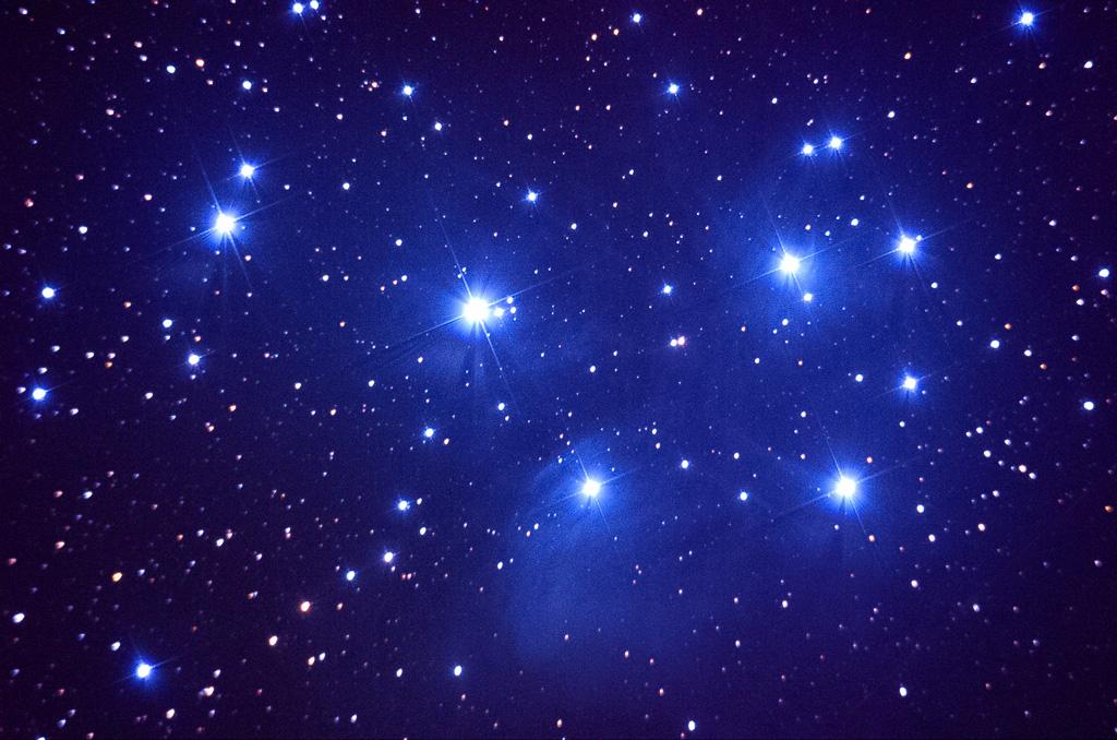 """Der Sternhaufen der """"Plejaden"""", im Volksmund auch """"Siebengestirn"""" genannt, ist jetzt am frühen Abend hoch am südlichen Himmel zu sehen. Der Anblick im Fernglas ist überwältigend. Er ist knapp 400 Lichtjahre von uns entfernt. Die feinen bläulichen Nebelschwaden erscheinen nur auf lang belichteten Fotos. (Uwe Freitag)"""