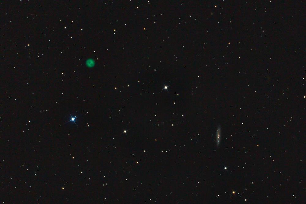 Der Eulen-Nebel ist ein so genannter planetarischer Nebel, weil er im Fernrohr wie ein Planet erscheint. Tatsächlich handelt es sich aber um die abgestoßene Hülle eines sterbenden Sterns. In der Nähe befindet sich die Galaxie M 108. (Tim Quandt)