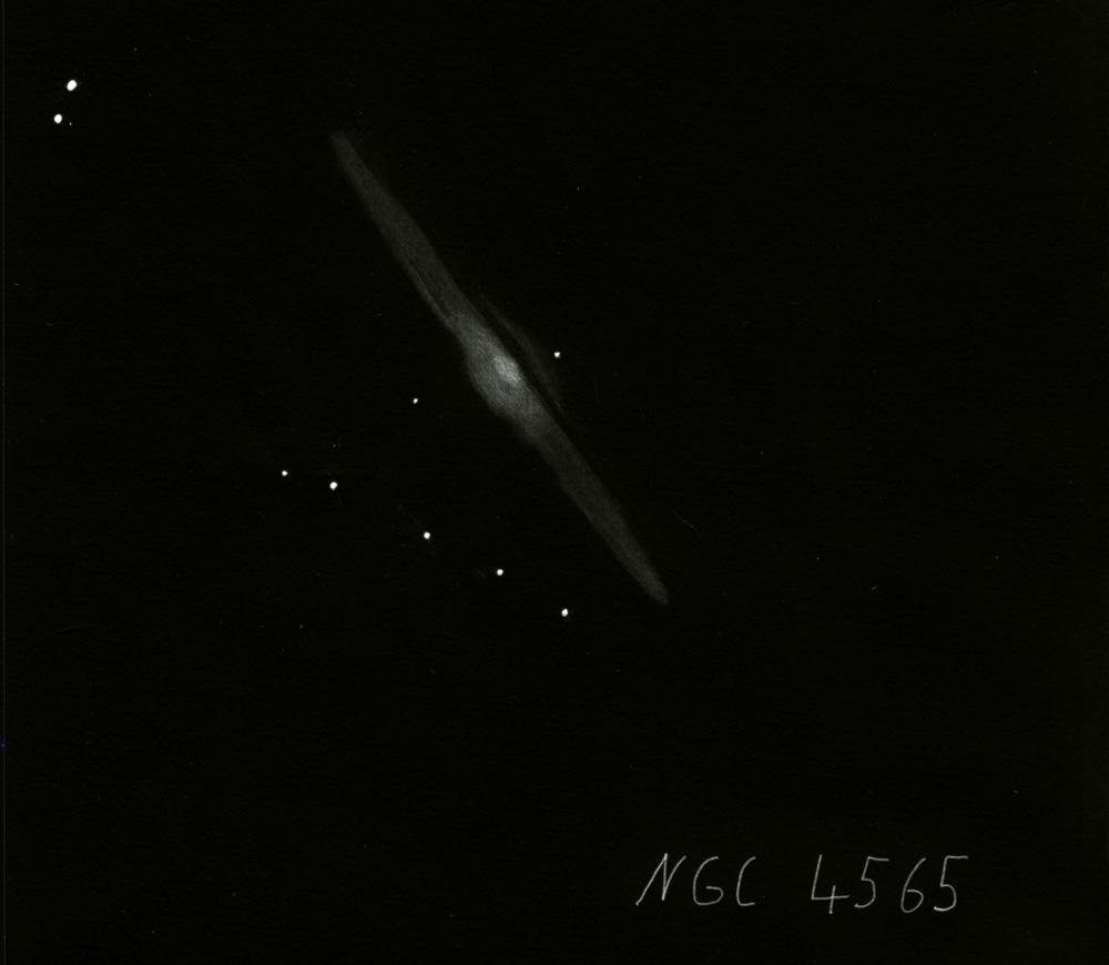"""Die Galaxie NGC 4565 im Sternbild """"Haar der Berenike"""" ist rund 30 Millionen Lichtjahre von der Erde entfernt (Zeichnung von Christoph Quandt)"""
