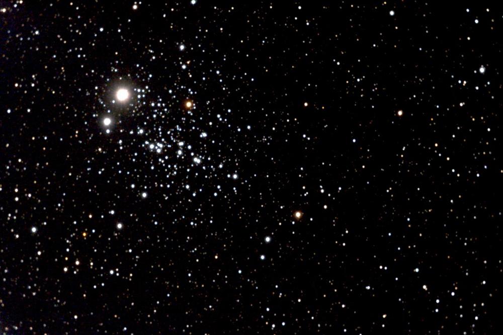 Der markante Sternhaufen mit der Katalognummer NGC 457 befindet sich im Sternbild Cassiopeia. Seiner Gestalt wegen wird er auch Eulenhaufen oder Libellenhaufen genannt, die beiden hellen Sterne sollen dabei die Augen darstellen, die Sternenketten zu beiden Seiten die Flügel (Friedrich Schrader).