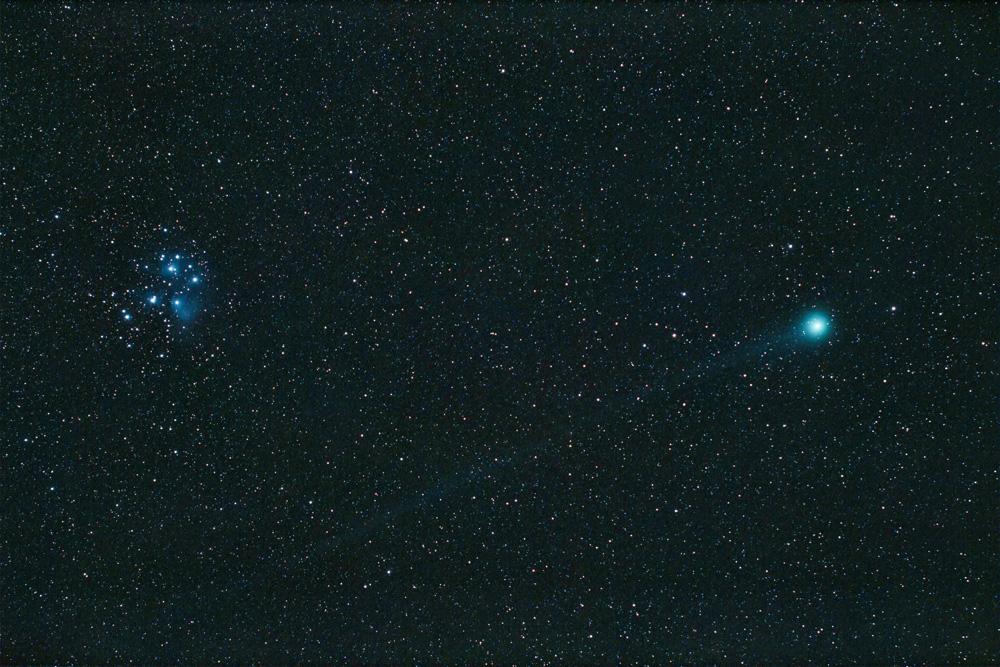 Komet Lovejoy C/2014 Q2. Der australische Amateurastronom Terry Lovejoy entdeckte den nach ihm benannten Kometen am 17. August 2014. Im Januar 2015 kam der Komet in Erdnähe und passierte den Sternhaufen der Plejaden (Stephan Brügger)
