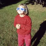 Mit einer speziellen Sonnenfinsternisbrille kann man die Sonne gefahrlos beobachten.