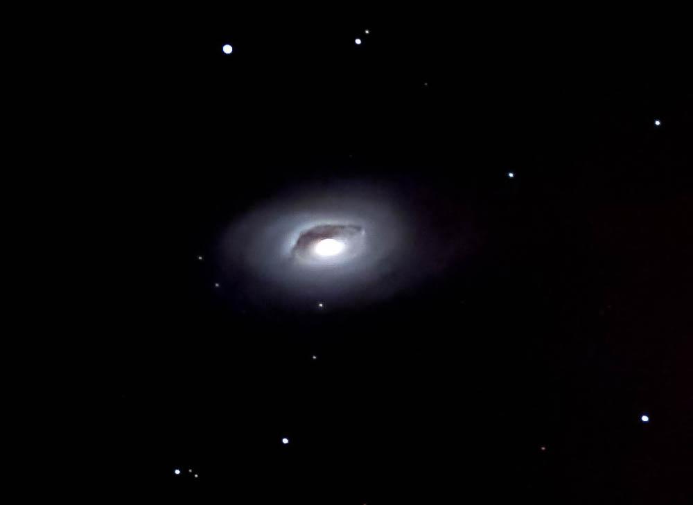 """Die Spiralgalaxie M 64 befindet sich in 24 Millionen Lichtjahren Entfernung im Sternbild """"Haar der Berenike"""". Auffällig ist die große Dunkelwolke aus interstellarem Staub nördlich des Galaxienkerns (Friedrich Schrader)"""