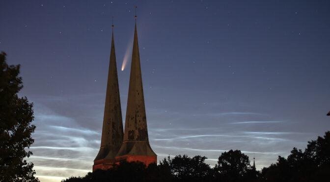 Komet Neowise und leuchtende Nachtwolken über der Lübecker Bucht