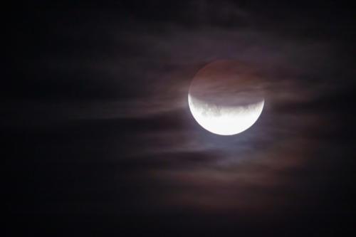 Partielle MoFi 16.07.2019 über Lübeck. Das restliche Mondlicht beleuchtet ein paar Schleierwolken.